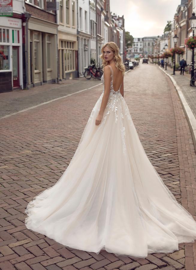 Brautkleid mit tiefem Rücken